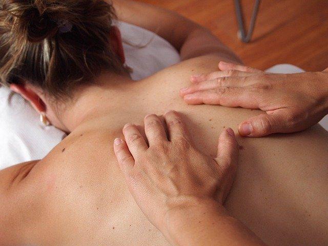 Esso è molto utile per coloro che combattono problemi e inestetismi estetici come gonfiori e cellulite. Sono consigliati anche coloro che hanno subito interventi chirurgia estetica, come la rinoplastica, la mastoplastica e la liposuzione. Il massaggio drenante può essere anche chiamato massaggio linfodrenante o linfodrenaggio.